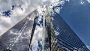 青空にそびえる高層ビル