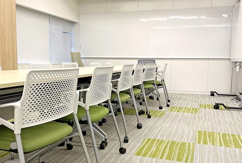 アド・クレールのテーブルと椅子が並んだ会議室